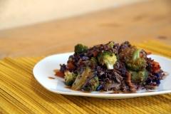 Asiatische Gemüsepfanne mit Quinoa & Erdnusssauce